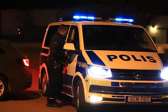 Polis arbetar under nattens bilbrand i Södra Ryd, Skövde.