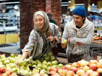 couple-buying-apples-4198222