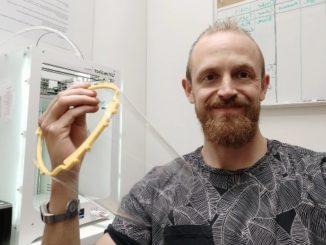 Niklas Land, doktorand på Högskolan i Skövde, skänker 3D-printade skyddsvisir till äldreomsorgen i Skövde.