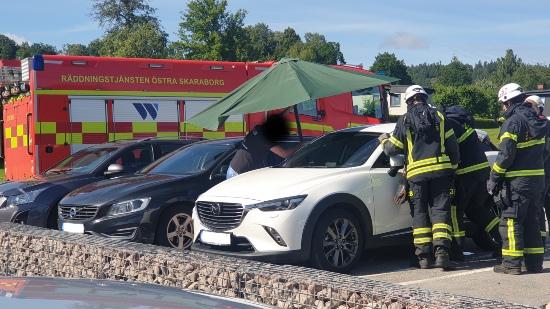 Barn inlåst i personbil. Räddas av räddningstjänst.