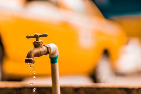 vattenledning och vattenkran
