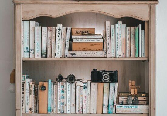 Böcker i bokhylla