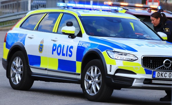 polisbil-blåljus-på-dagen