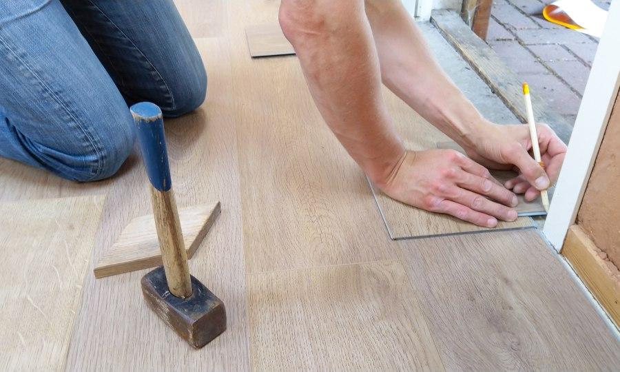 företagare som lägger golv